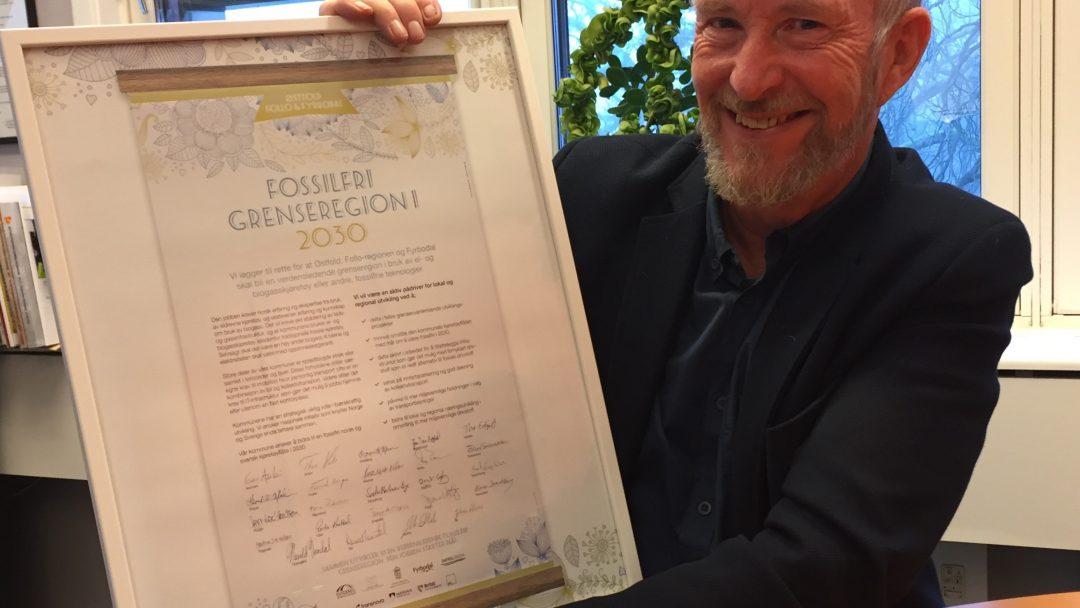 FOSSILFRI GRENSEREGION: Fylkesordfører Ola Haabeth holder stolt opp beviset på at Østfold fylkeskommune deltar i et prosjekt hvor målet er at grenseregionen mellom Østfold, Follo og Fyrbodal skal være fossilfri innen 2030.