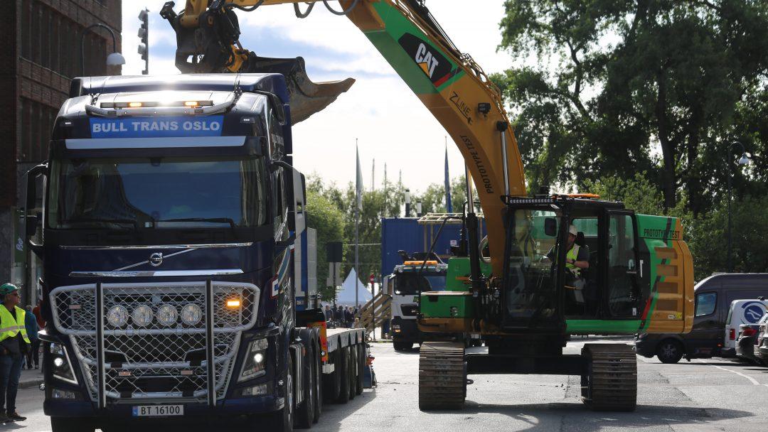 """FOSSILFRIE MASKINER: Fossilfrie maskiner og kjøretøy er et satsningsområde for Klima Østfold. Her leverer prosjektet """"Test av fossilfrie maskiner og kjøretøy"""" en 25-tonns elektrisk hjullaster til den utslippsfrie anleggsplassen i Olav Vs gate i Oslo."""