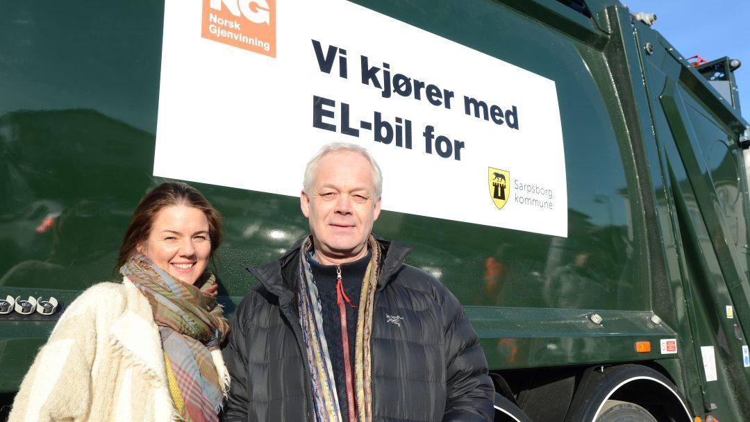 ELEKTRISK RENOVASJON: Cecilie Agnalt, medlem av arbeidsutvalget til Klima Østfold, og Gabriel Wergeland Krog, prosjektleder for Test av fossilfrie maskiner og kjøretøy, foran Sarpsborg kommunes elektriske renovasjonsbil.