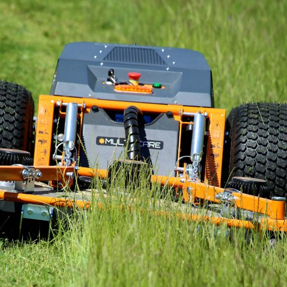 Prosjektet Fossilfriemaskiner låner ut elektrisk radiostyrt gressklipper